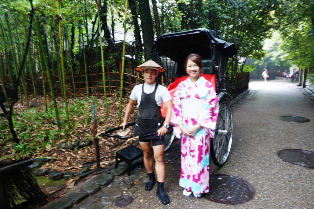 The geisha wants to ride on the rickshaw